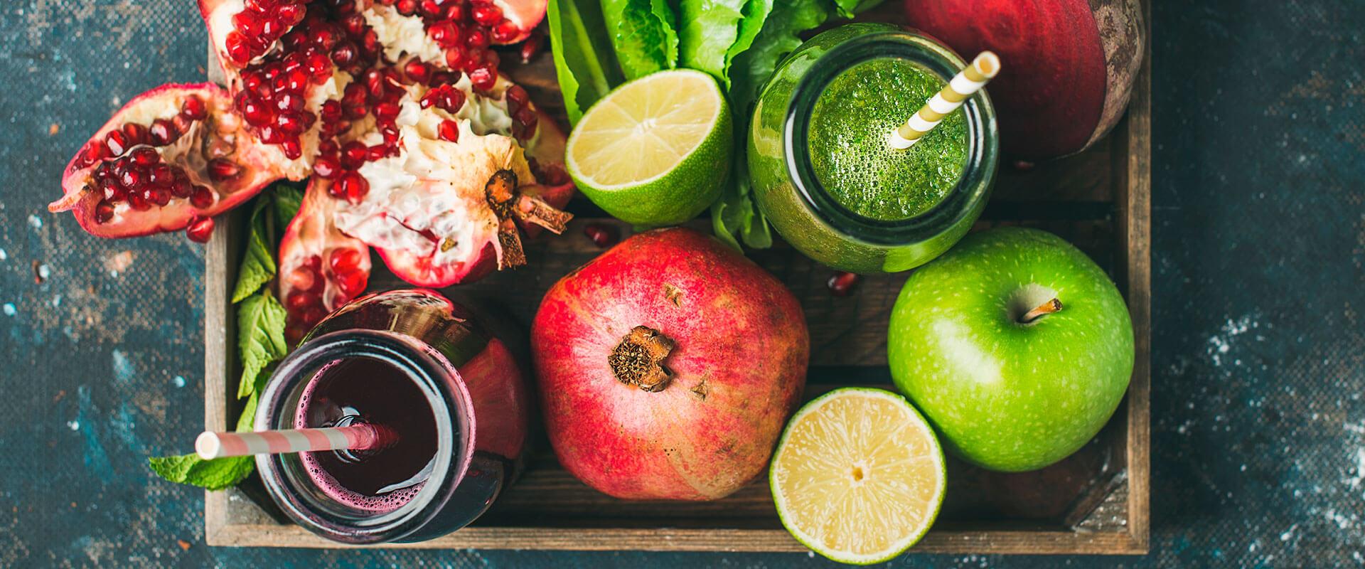 Fotografía de jugos naturales hechos con fruta.