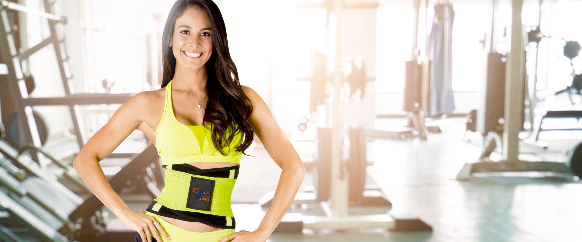 Mujer usando la Cinturilla 70-30 Sport en su rutina fitness de gimnasio.
