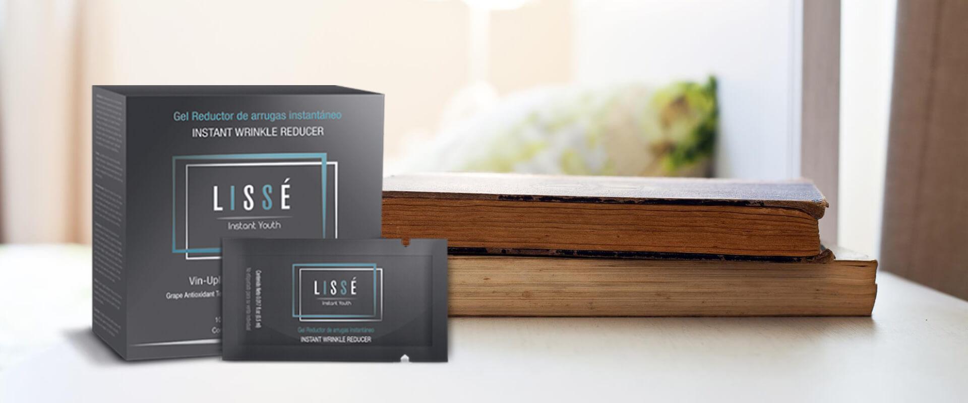Varios sobres del producto de belleza Lissé sobre una mesa con libros.