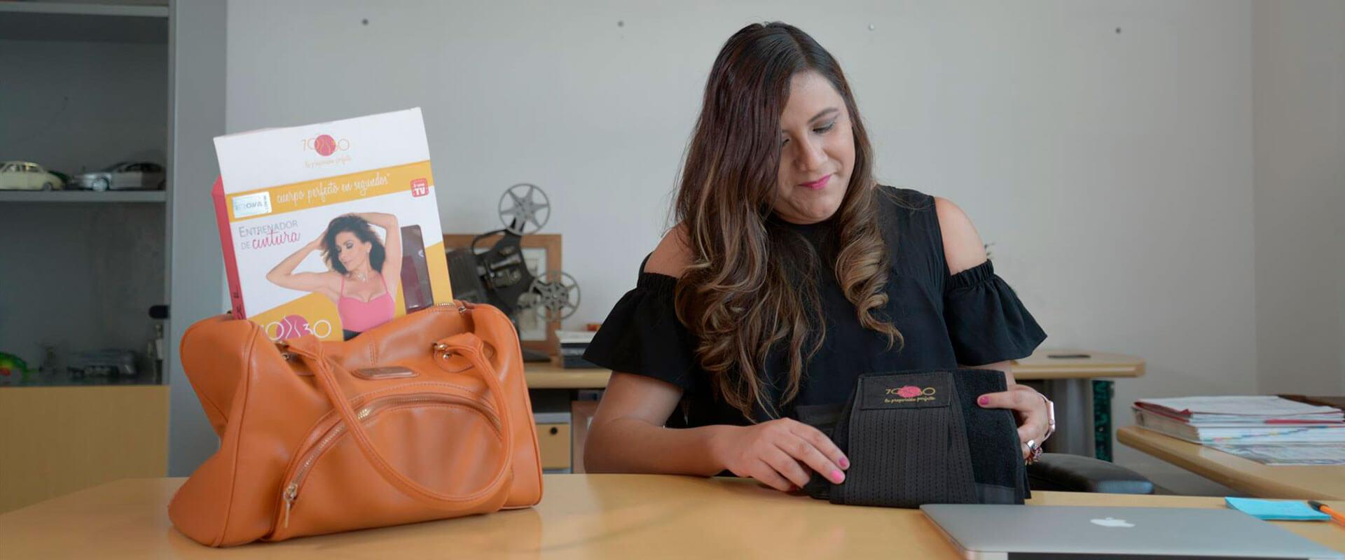 Mujer trabajando en su oficina con la Cinturilla 70-30.