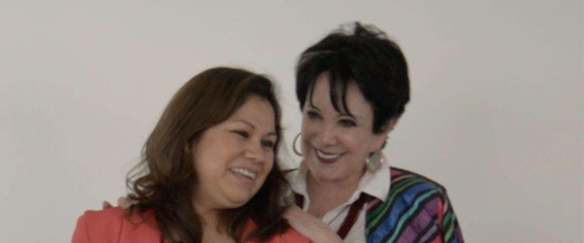 Marcela González, directora de la Fundación Inova, platicando con la capacitadora de docentes para el adulto mayor.