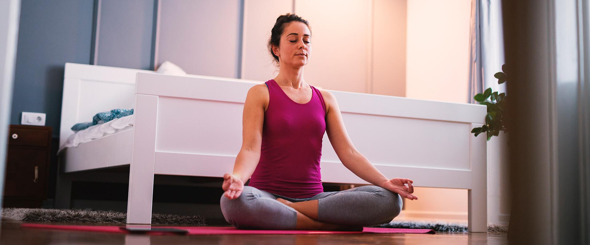 mujer-yoga-dormir-insomnio-almohada