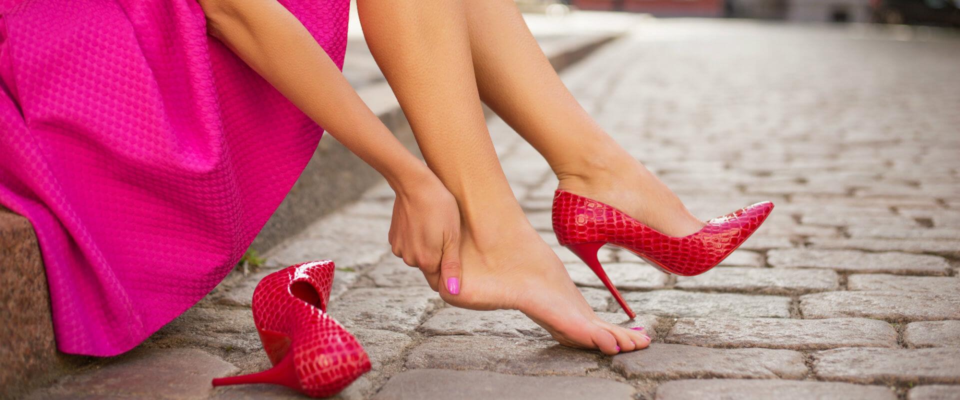 Así dañan los zapatos de tacón a tus pies